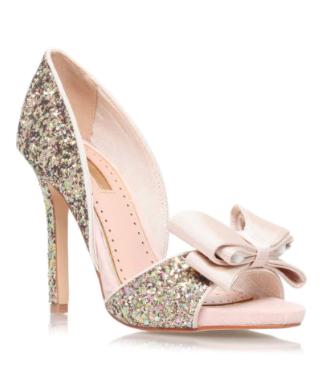 Les escarpins de Cendrillon! Ces chaussures nude à talons de plus de 10 cm nous en mettent plein les yeux entre leurs paillettes dorées et leur noeud extrêmement féminin. High Heel Sandals by Miss KG, Topshop, 117 euros.
