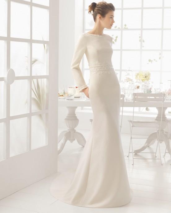 Pour l'hiver, quoi de mieux que cette robe de chez Aire Barcelona au tissage épais de coton ? Une robe qui vous tiendra bien chaud même si les températures dégringolen. Toute en simplicité, cette robe légèrement évasée au bas de la jupe est parfait pour une mariée chic mais qui ne veut pas trop en faire. Les manches un peu large ne collent pas trop aux bras, parfait pour respirer ! Aire Barcelona, Collection 2016, Robe Melody