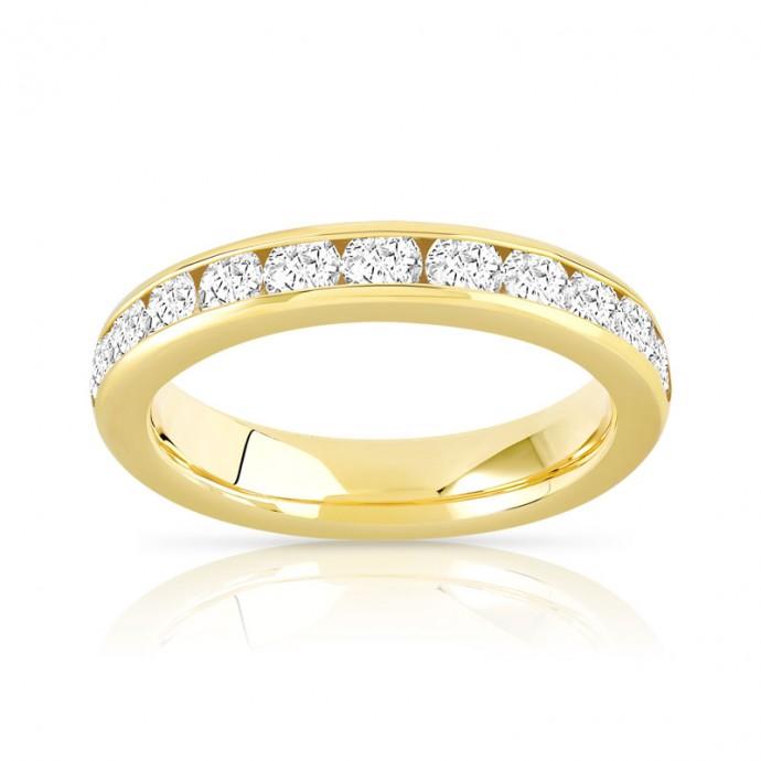 Du classique pour cette alliance en or jaune et diamants demi-tour qui ira à tous les annulaires qui désirent un beau bijou symbolisant l'amour éternel avec votre bien aimé.  Alliance demi-tour or, Maty,  2 990 euros.