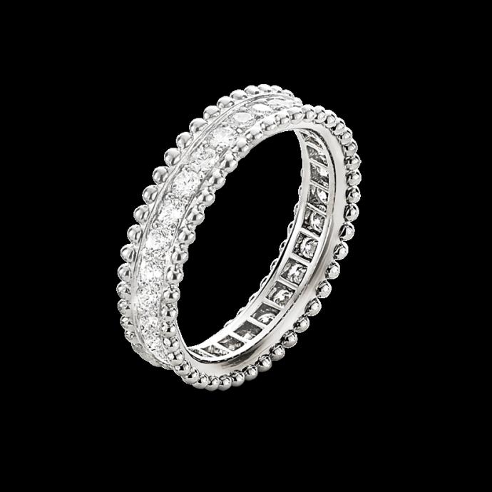 Du platine et des diamants ronds pour ce bel anneau qu petit côté rétro ! On la passe au doigt et on fond. Alliance Estelle, Van Cleef & Arpels, 8 600 euros.