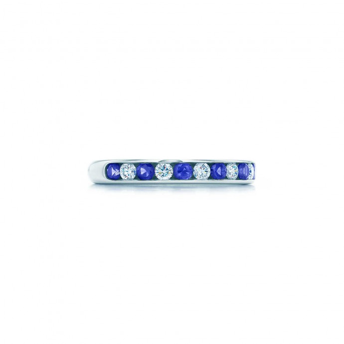 """Cet anneau platine avec brillants et saphirs ronds sertis en bande se démarque de l'alliance de diamants ! De plus, ça sera ce fameux """"quelque chose de bleu"""" à votre mariage. Anneau serti en bande, Tiffany&Co, 3 800 euros."""