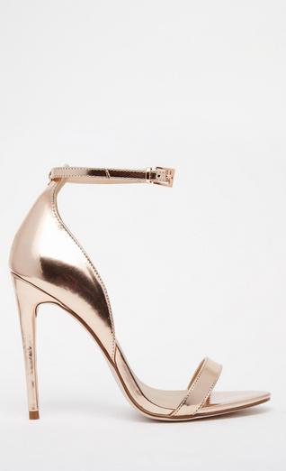 Minimalistes, ces sandales à brides qui se ferment grâce à une petite boucle, donneront de la brillance à votre tenue de mariée. Très à la mode, leur tige en similicuir font de ses chaussures des souilers de qualité et à petit prix.Sandales larges à talons, Asos, 55,99 euros.