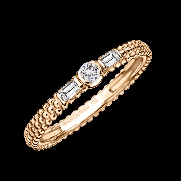 En voici une belle alliance. Dans l'esprit d'un solitaire, un diamant s'impose au centre de cette anneau. Sa forme très particulière pour assure de sortir du lot avec cette belle pièce en or rose de chez Mauboussin. Alliance Amour Je t'aime, MAUBOUSSIN, 990 €