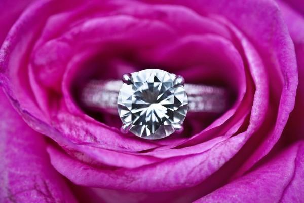 bague avec des diamants pour alliance