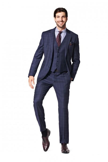 Un costume bleu marine trois pièces, parfait pour éviter le noir que le marié pourrait trouver trop classique ! C'est une couleur parfaite pour les tenues. Elle met en valeur et égaye monsieur. Une cravate prune et une chemise bleu ciel, c'est éclatant !