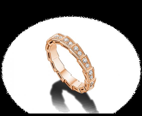 Voici une alliance en or rose pavé de diamants. Original et sensuel, cet anneau ravira toutes les mariées qui désirent que ça brille sans en faire trop. Alliance Serpenti, Bulgari, prix non communiqué.