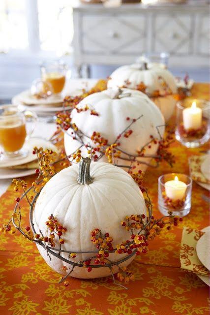 Voilà une autre idée de centre de table plus chaleureux ! Les couleurs et les branches apportent la touche chaude de l'automne à vos tables ! Tandis que la citrouille représente par elle même cette magnifique saison !