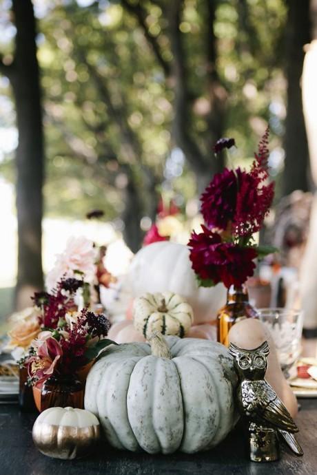 Pour un mariage d'automne, il vous faut un centre de table qui sorte de l'ordinaire ! Les bouquets de fleurs à la poubelle... Place à une magnifique citrouille blanche ! Superbe, celle-ci donne un côté chic et glamour à votre table !