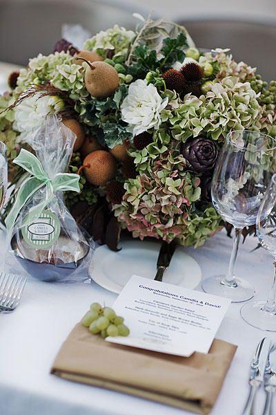 En cette fin d'été le vert et le marron sont à l'honneur , de même que les poires et les artichauts! Fruits et légumes de saison, ils apportent une touche originale à vos centres de table, effet garanti !