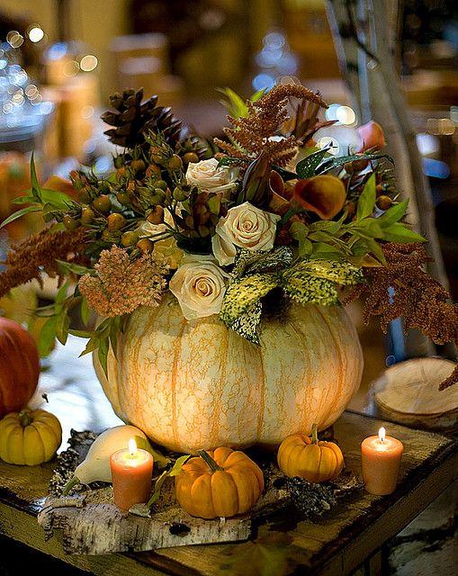 Et pour encore plus d'originalité,les citrouilles et les potirons peuvent se transformer en vases pour vos grands bouquets de table . Effet 100% nature