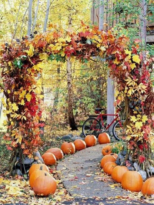 Pour accueillir vos invités à votre réception, vous pouvez créer une allée parsemée de citrouilles. Une ambiance chaude et chaleureuse au rendez-vous !