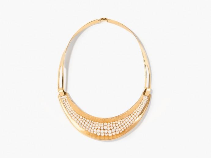 Pour un mariage bohème, on n'oublie pas d'embellir notre cou avec ce collier doré orné de perles précieuses. Collier recouvert d'or 18 carats et rangs de perles d'eau douce, Aurélie Bidermann, 1740 euros.