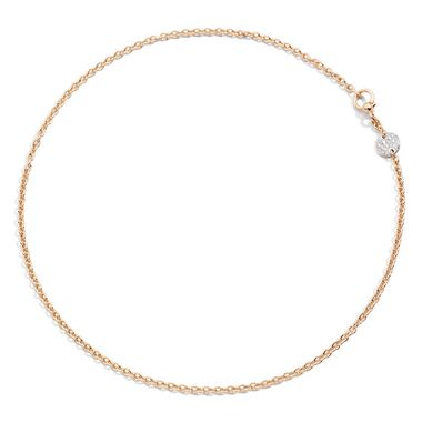 On dit oui à ce collier classique mais précieux avec son pendentif en diamants. Collier en or rose avec pavé en or rose rhodié et diamants. Sabbia, Pomellato, 3000 euros.