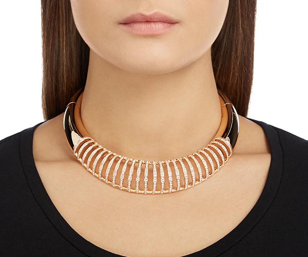 On adore ce collier plastron en or rose et strass. Très tendance et glamour pouR le grand jour. Dare Torque Collier, Swarovski, 299 euros.