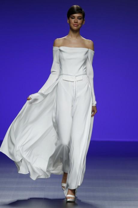 Que d'originalité du côté de Cymbeline avec cet ensemble moderne et atypique. Les épaules dénudées sont très féminines et sensuelles. Le tissu très fluide et dévoile vos formes. De plus une traîne s'associe à l'ensemble. On l'adopte ! Cymbeline, Collection 2016, Robe Astrid