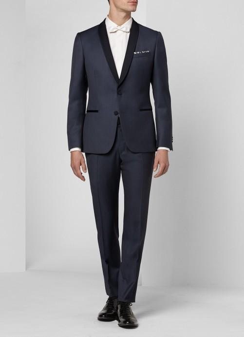 Un costume composé d'une veste avec deux boutons de satin, tout comme son col. Ce smoking raffiné de De Fursac est chic et sympa.