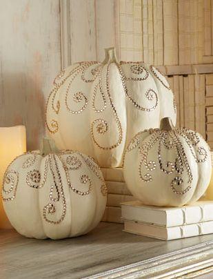 Pour décorer votre réception, vous pouvez tout simplement disposer des citrouilles peintes et décorées dans votre salle.