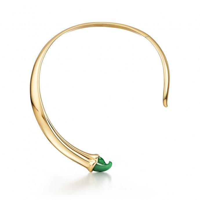 Un collier éblouissant qui sera magnifique sur les jeunes mariées aux yeux verts.  Pour son mariage, on s'offre un collier de créateur qui vous rendra indomptable. Collier en or 18 carats et jade vert. Elsa Peretti, Tiffany, 10 800 euros.