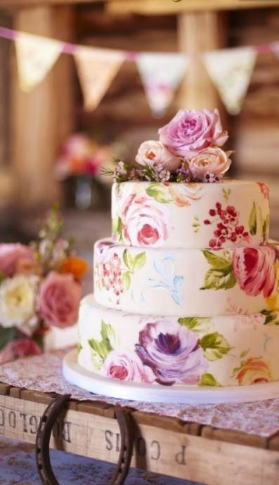 Pour un mariage champêtre, ne résistez pas à ce gâteau sublime avec ces roses peintes à la main.