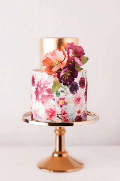 Dites-le avec des fleurs! Cette pièce-montrée élégante et chic saura ravir les yeux et les papilles de tous vos convives avec ces fleurs peintes sur le devant.