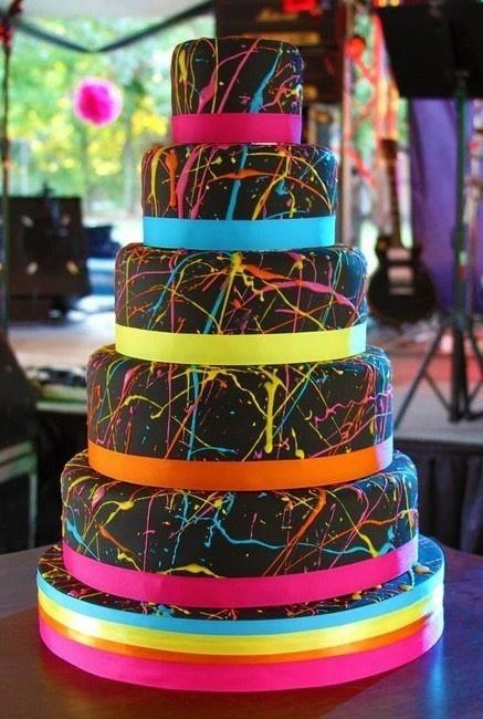Pour un mariage en couleurs, ce wedding cake original et tout chocolat sera idéal pour épater vos invités.