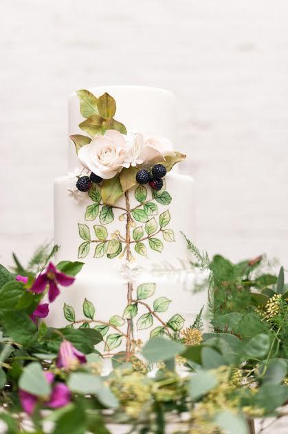Une pièce-montée qui revêt la parure de la nature et qui sera parfaite si vous faites votre mariage en forêt ou à la campagne... On a déjà envie de se jeter sur ses petites mûres placées en haut du gâteau de mariage!