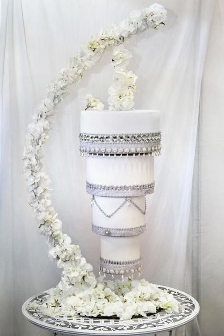 Un wedding cake la tête à l'envers ! Cette pièce-montée renversante fera le show à elle toute seule grâce à ses fleurs et ses décorations de perles.