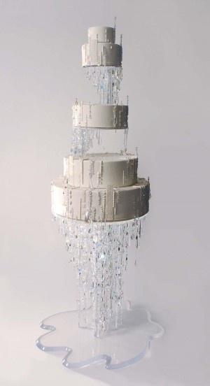 Un gravity cake spectaculaire qui nous étonne par son glaçage et sa décoration toute en cristaux... Parfait pour un mariage sous la neige !