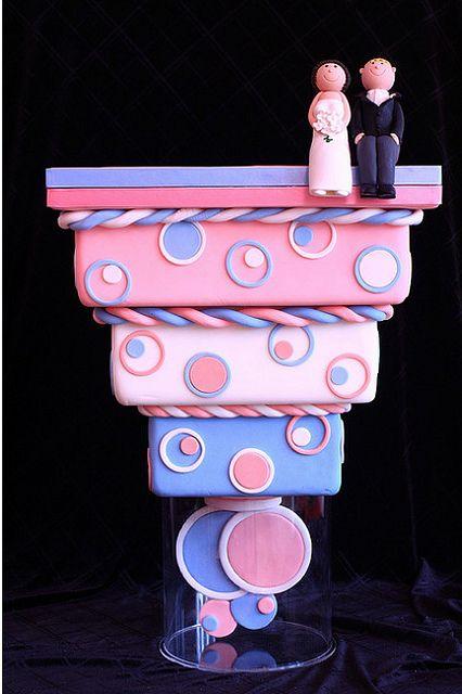 Un gravity cake super fun qui plaira aux plus gourmands avec sa guimauve rose et bleue.