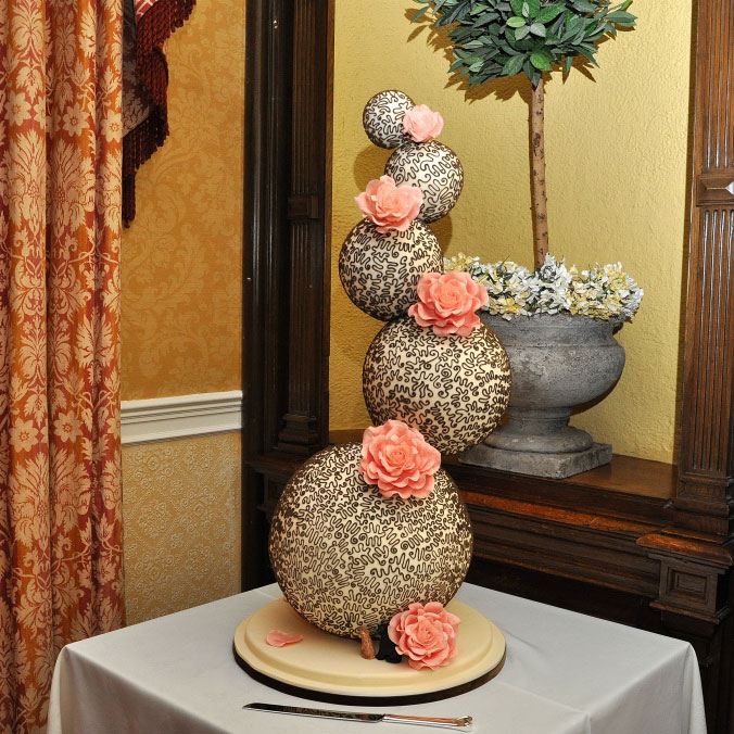 Un wedding cake délicieux grâce à ses deux chocolats, il impressionnera aussi tous vos convives par sa hauteur et sa forme originale.