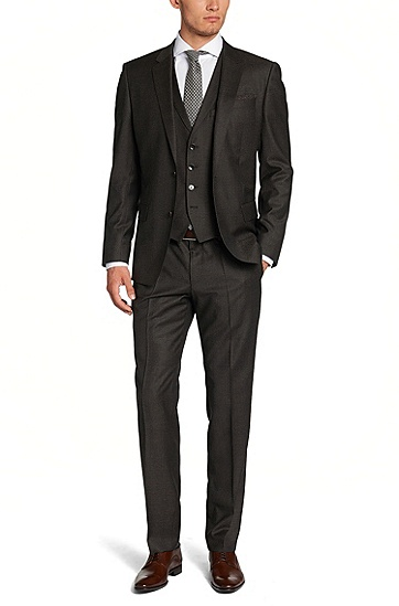Un trois pièces noir, une cravate grise. Sobriété et discrétion dans ce look Hugo boss.