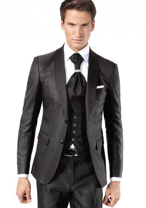 Un smoking Jean de Sey qui affirme sa modernité grâce aux motifs de sa veste : des petits pointillés satinés. Ses boutons sont de nacres et son col en satin. Un look slim fit pour une silhouette masculine mise en valeur.