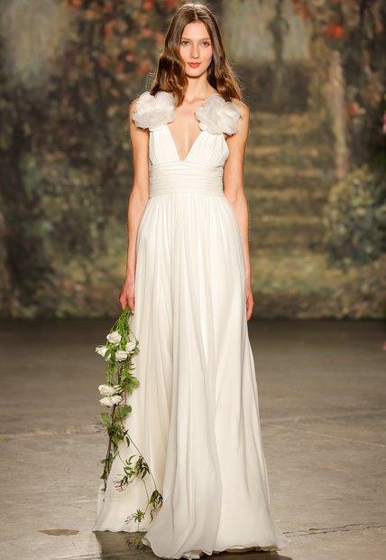 Jenny Packham aussi donne un décolleté plongeant à sa robe. cependant ce qui nous attire l'oeil ce sont ces deux grosses fleurs sur chaque bretelle qui donne de la carrure aux épaules les plus effacées.  Jenny Packham, Collection 2016, Ceres