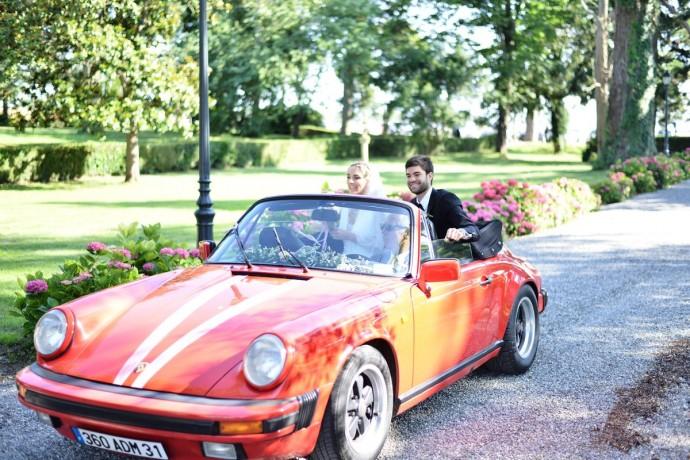 les maries arrivent en voiture sur le lieu de reception maraige