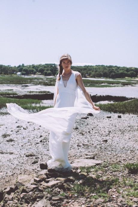 Esprit folk et bohème du côté de Lorafolk avec cette robe vaporeuse et sa traîne qui vole au vent. On aura l'impression que vous marchez sur un nuage avec cette robe très légère.  Lorafolk, Collection 2016, Edith