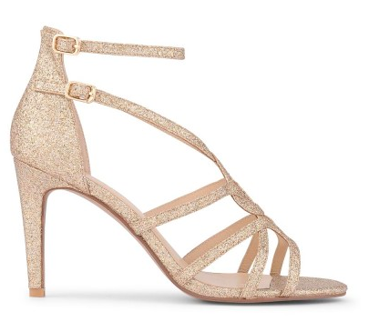 On aime l'élégance et la forme de ses sandales à brides qui se croisent pour former une rosace sur le dessus du pied. Chic et peu imposantes, elles se marient parfaitement avec une robe plus originale. Sandales Mila, Minelli, 89 euros.