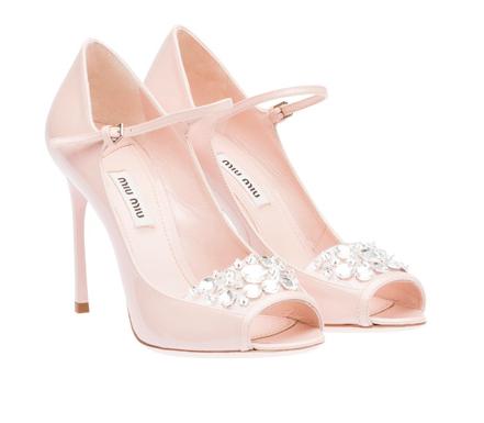 Misez sur cette paire d'escarpins pour mettre une touche de luxe à vos pieds. Roses et ornés de cristaux Swarovski, elles seront parfaites pour un mariage retro. Peep Toe Miu Miu, 675 euros.