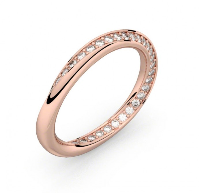 On fond sur cette alliance en or rose qui vrille et son pavage de diamants sans fin ! l'intérieur est bombé pour un confort au top. Alliance diamants or rose Infinity, My Ring Factory, 1 350 euros.