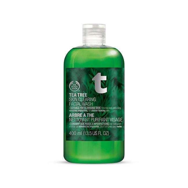 On nettoie sa peau en douceur avec ce produit purifiant. Le plus ? Il prévient la peau des imperfections et redonne de l'éclat. Nettoyant purifiant visage Arbre à Thé, The Body Shop, 10 euros.