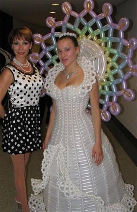Alors là on a touché le fond avec cette robe en ballons ! Et le marié il est habillé en clown ?
