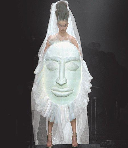 Une robe effet masque africain, ça laisse à désirer ! Mais elle est très bien dans ce défilé, alors qu'elle y reste.