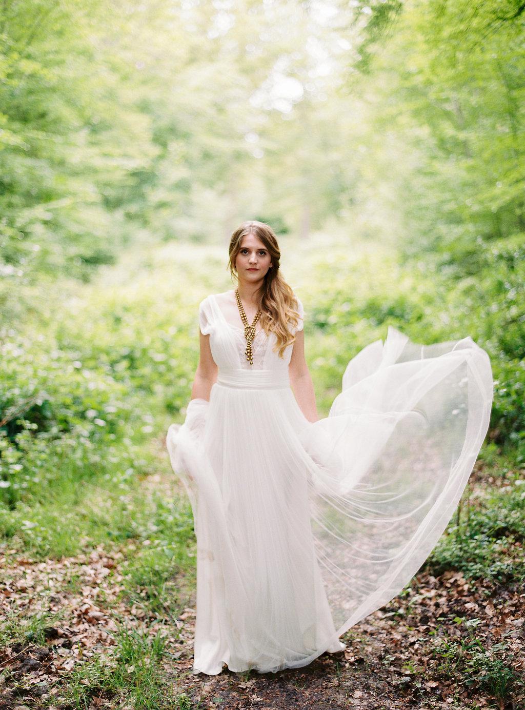 La créatrice Stéphanie Wolff  nous propose ici une robe esprit folk toute en voile et en légerté