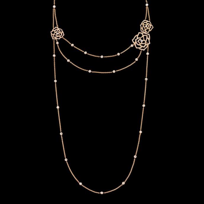 Extrêmement délicat, ce sautoir magnifique avec ses diamants et ses motifs ciselés façon dentelle peut se porter aussi bien en bracelet qu'en collier. Sautoir en or rose 18 carats, serti de 370 diamants taille brillant, Piaget, 33 800 euros.