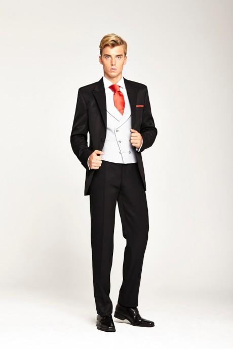 Le marié veut du pep's, du flashy et être élégant quand même ! Le costume de Sir Lucky est fait pour vous. C'est un trois pièces avec un gilet blanc, et une veste et un pantalon noir. Plus qu'une cravate rouge, orange ou verte et monsieur a un look pop et pimpant.