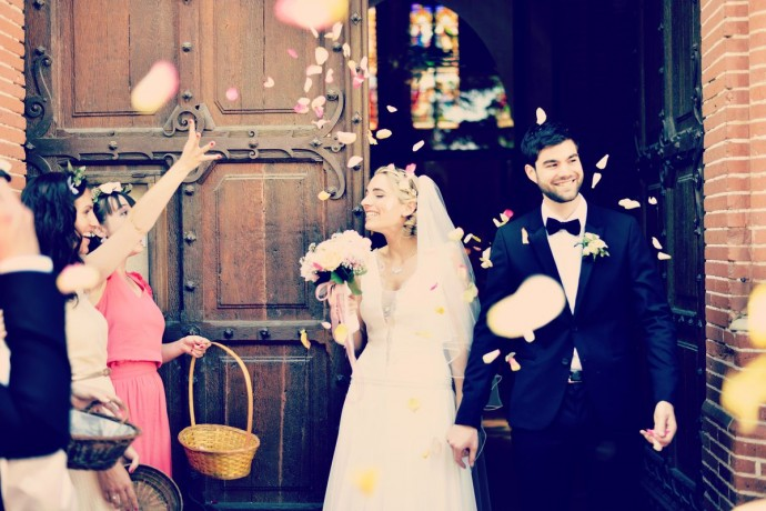 sortie deglise mariage romantique et chic petale de rose