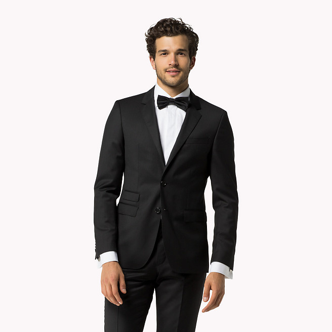 Une allure à la James Bond, c'est classique mais intemporel ! Ce costume accompagné d'un nœud papillon  Tommy Hilfiger fait son petit effet.