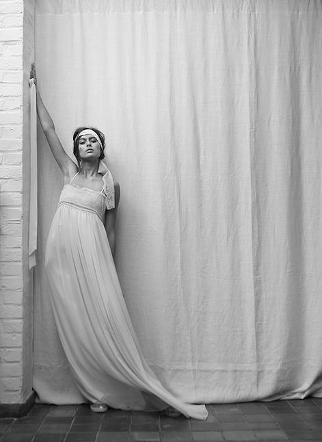 """Victoire Vermeulen gagne la palme de la robe taille haute par excellence avec sa magnifique robe Bohème, qui, comme son nom l'indique, fera de vous une mariée bohème et rock. Très simple, elle convient parfaitement aux silhouettes menues et vous sublimera. On n'hésite pas à ajouter une touche rock avec le voile par exemple ou une coiffure coiffé-décoiffé et un rouge à lèvres soutenu voir sombre.  Victoire Vermeulen, Collection permanente """"les essentielles"""", Bohème"""