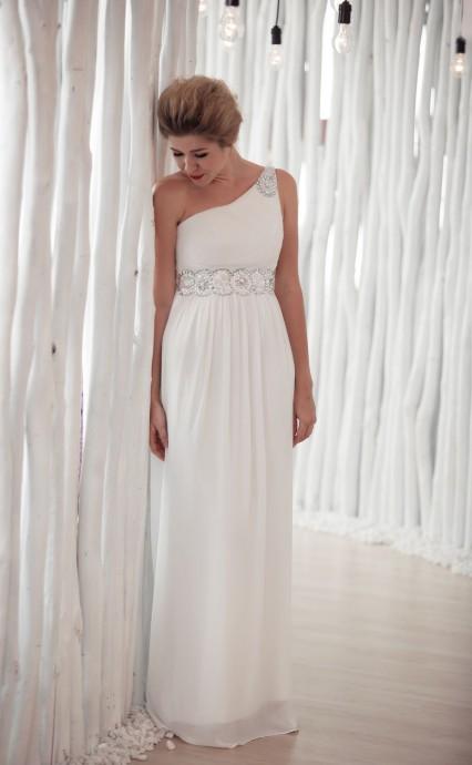 Avec cette robe griffée White Dress, vous aurez vraiment l'air d'une déesse antique. Asymétrique pour l'originalité, quelques détails argentés mette en valeur cette jolie robe fluide et droite... On adore ! White Dress, Collection 2016, Athena