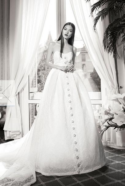 Robe taille haute ne veut pas forcément dire robe droite. C'est ce que nous prouve Yolan Cris avec sa robe Rubi. C'est une véritable robe de princesse avec une traîne qui n'en fini plus. On aime ces bouton du haut jusqu'en bas pour la petite touche originale ! Yolan Cris, Collection 2016, Rubi