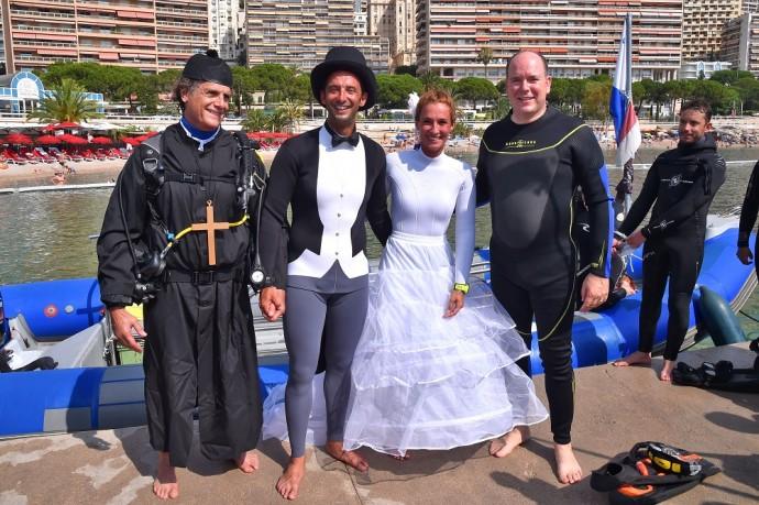 """Le Prince Albert II de Monaco a assistéŽ au mariage sous marin du Recordman du monde et plongeur apnŽiste monŽgasque Pierre Frolla et Mara son Žpouse sur la Plage du Larvotto ˆ Monaco le 4 juillet 2015. Le Prince Žtait l'invitŽ d'honneur de se mariage insolite o plus de 70 plongeurs ont accompagnŽ les nouveaux Žpoux lors d'une cŽrŽmonie qui s'est dŽroulŽ ˆ quelques mtres de profondeurs au large des c™tes de la PrincipautŽ. Pierre Frolla, qui est l'auteur de quatre records du monde en apnŽe, trois en immersion libre et un en poids variable, est aussi ˆ la tte d'un centre de plongŽe """"L'Ecole Bleue"""". Ce samedi, c'est tous les instructeurs, certains ŽlŽves et amis, la famille et les proches qui se sont mis ˆ l'eau. Certains sont restŽs en surface et les autres ŽquipŽ de bouteilles ont pu assistŽ de trs prs aux Žchanges des consentements et des alliances le tout en musique avec comme dernier titre une fois les mariŽs revenus sur la bateau, l'hymne monŽgasque."""